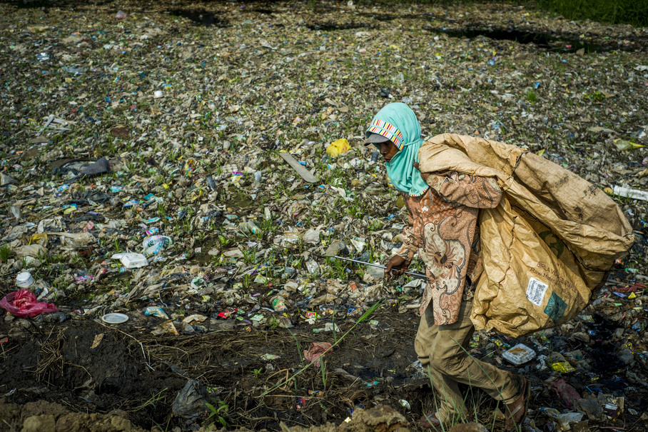 A garbage collector seen walking along the banks of the Pisang Batu River on Jan. 8. Indonesia is reportedly the second-largest marine polluter after China, as most of the plastic waste in the rivers eventually end up in the ocean. (JG Photo/Yudha Baskoro)