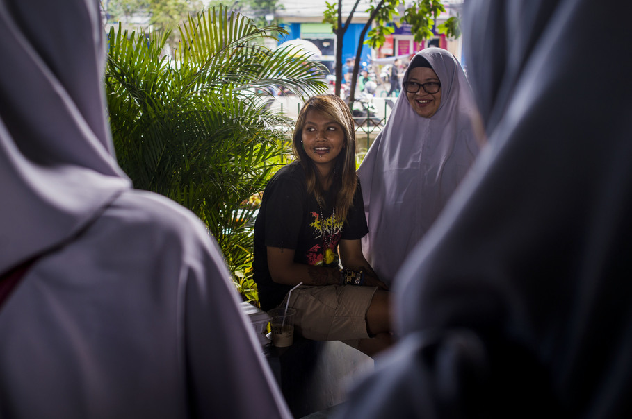 Fifteen-year-old Intan, left, shares her story with volunteers of the Tasawuf Underground community, which seeks to erase the negative stigma surrounding street punks. (JG Photo/Yudha Baskoro)