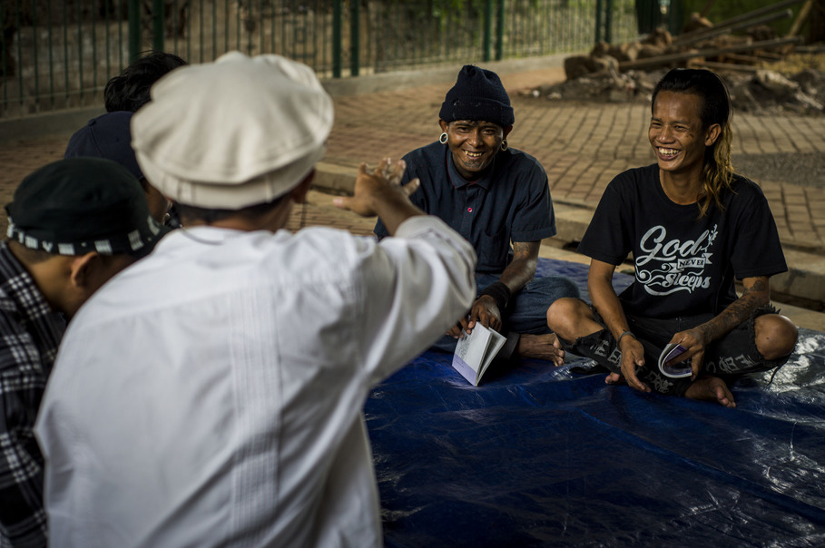 Street punks listening and laughing during the sermon. Halim uses simple words and analogies to ensure that everyone easily understands him. (JG Photo/Yudha Baskoro)