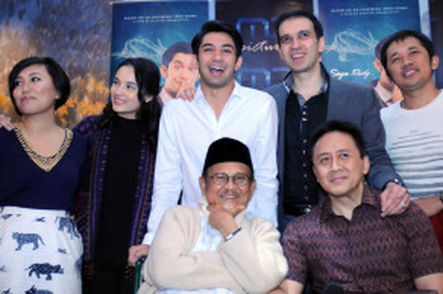 Former president B.J. Habibe, front left, with Triawan Munaf and the cast and crew of 'Rudy Habibie.' (Antara Photo/Teresia May)