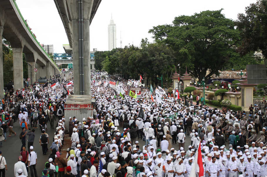 Members of the Islamic Defenders Front (FPI) demonstrate in front of the National Police headquarters in Jakarta in January. (Antara Photo/Reno Esnir)