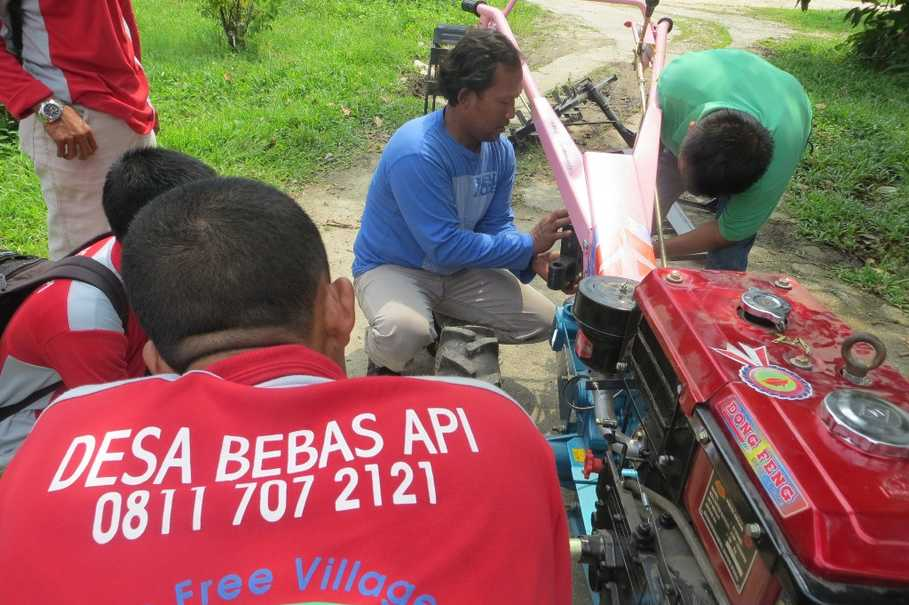 Fire-Free Village Program crew leaders learn how to operate a hand tractor to clear land at APRIL's main facility in Pangkalan Kerinci, Riau. (Photo courtesy of RAPP)