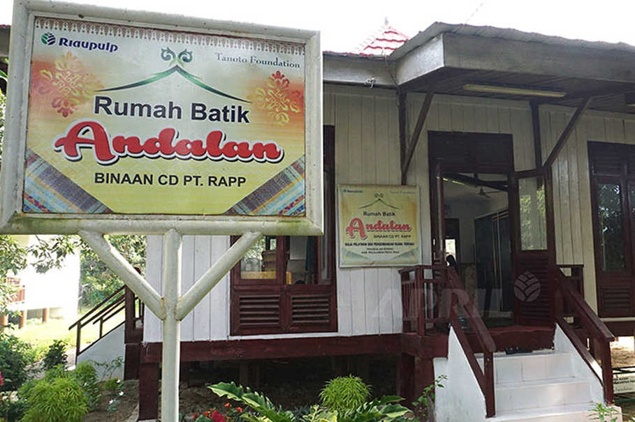 Rumah Batik Andalan empowers local women to earn extra income from making batik. (Photo courtesy of http://www.inside-rge.com)