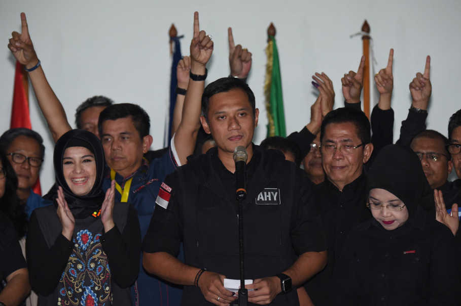 Agus Harimurti Yudhoyono, center, accompanied by running mate Sylviana Murni, right, conceding defeat in the Jakarta gubernatorial election on Feb. 15. (Antara Photo/Akbar Nugroho Gumay)