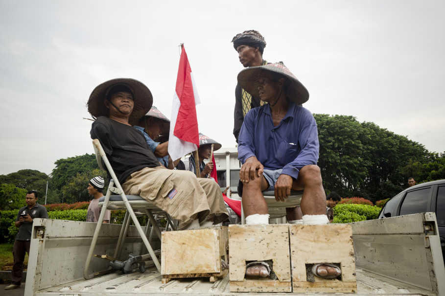 The Kendeng farmers demand President Jokowi revoke new environmental permits quietly issued by Central Jakarta Governor Ganjar Pranowo for Semen Indonesia, in contravention of a Constitutional Court decision and the president's own order. (JG Photo/Yudha Baskoro)