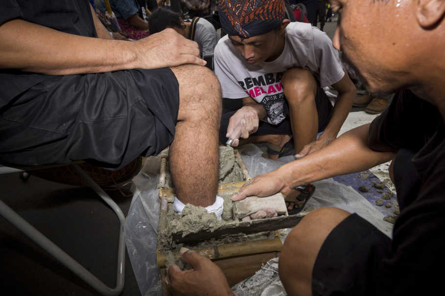 This is the second demonstration in front of the Presidential Palace when Kendeng farmers cast their own feet in cement. The first one was in April last year. (JG Photo/Yudha Baskoro)