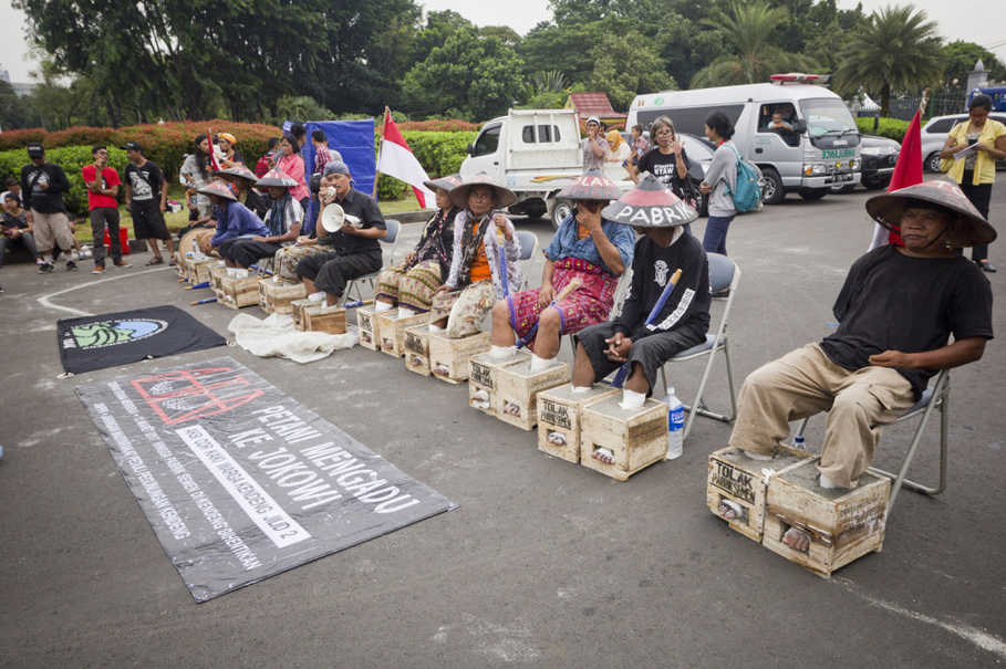 Eleven farmers joined the cement-shackling protest in front of the Presidential Palace on Tuesday (14/03). (JG Photo/Yudha Baskoro)