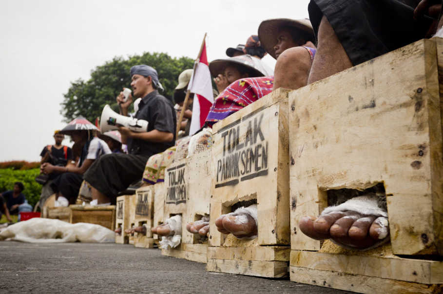 A Kendeng farmer, both his feet shackled in cement, delivered a speech directed at President Jokowi in front of the Presidential Palace. (JG Photo/Yudha Baskoro)