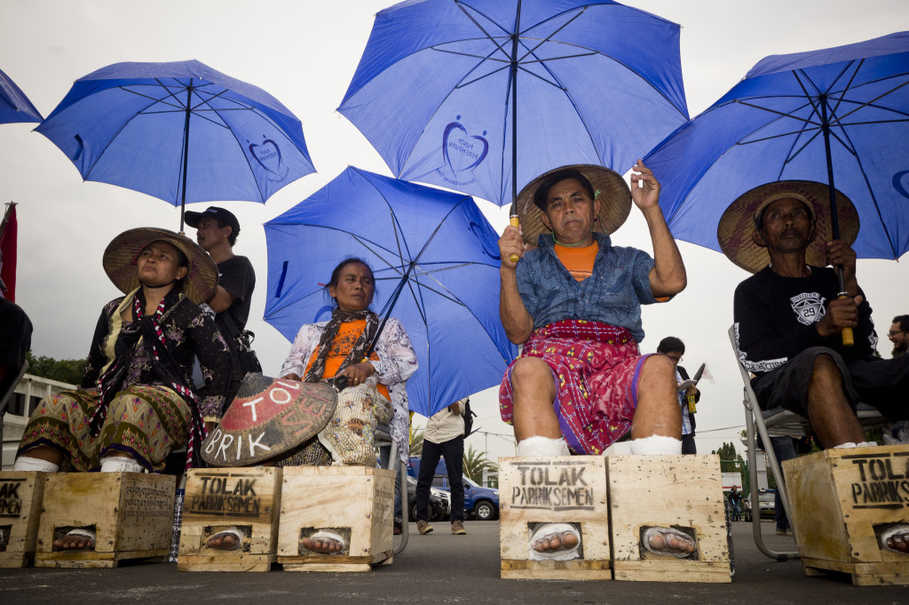 Rain did not diminish the spirit of Kendeng women who had their hearts set on delivering their demand to President Jokowi. (JG Photo/Yudha Baskoro)