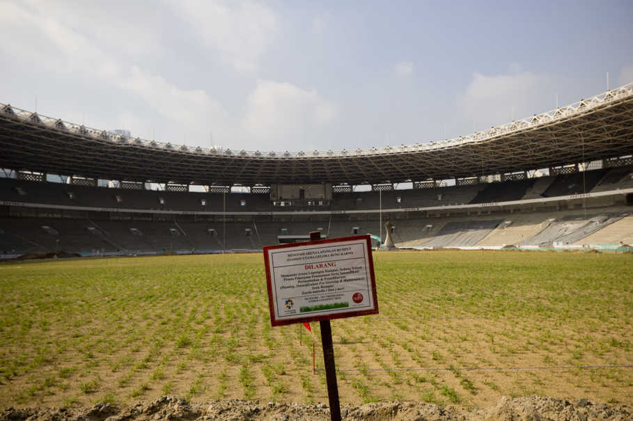 A makeshift sign warns people not to step on the newly laid grass at Gelora Bung Karno Stadium on Friday (17/03). (JG Photo/Yudha Baskoro)