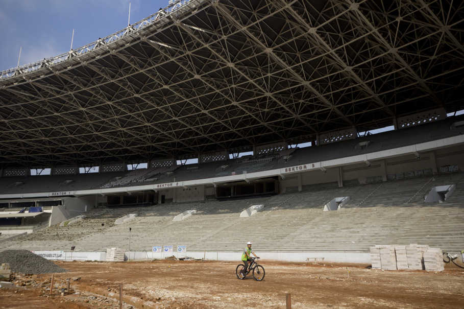 The old long benches have been removed from the stadium's grandstand. (JG Phto/Yudha Baskoro)