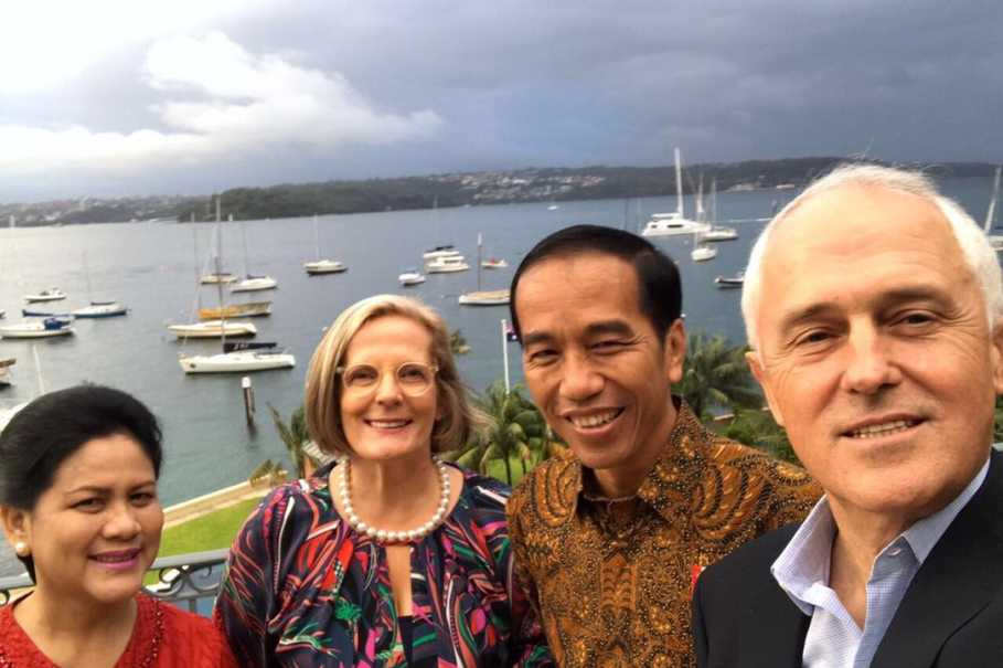 President Joko Widodo and first lady Iriana took a selfie with Australian Prime Minister Malcolm Turnbull and Lucy Turnbull in Sydney on Feb. 26, 2017. (State Palace Press Photo)