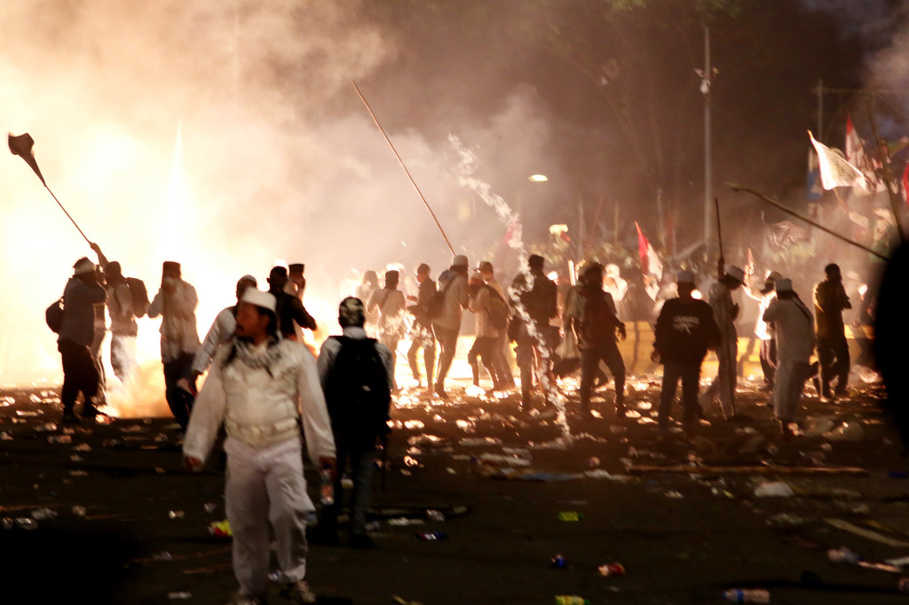 Mob violence on Jakarta streets following a protest march against incumbent Governor Basuki 'Ahok' Tjahaja Purnama on Nov. 4 last year. (Antara Photo/Rivan Awal)