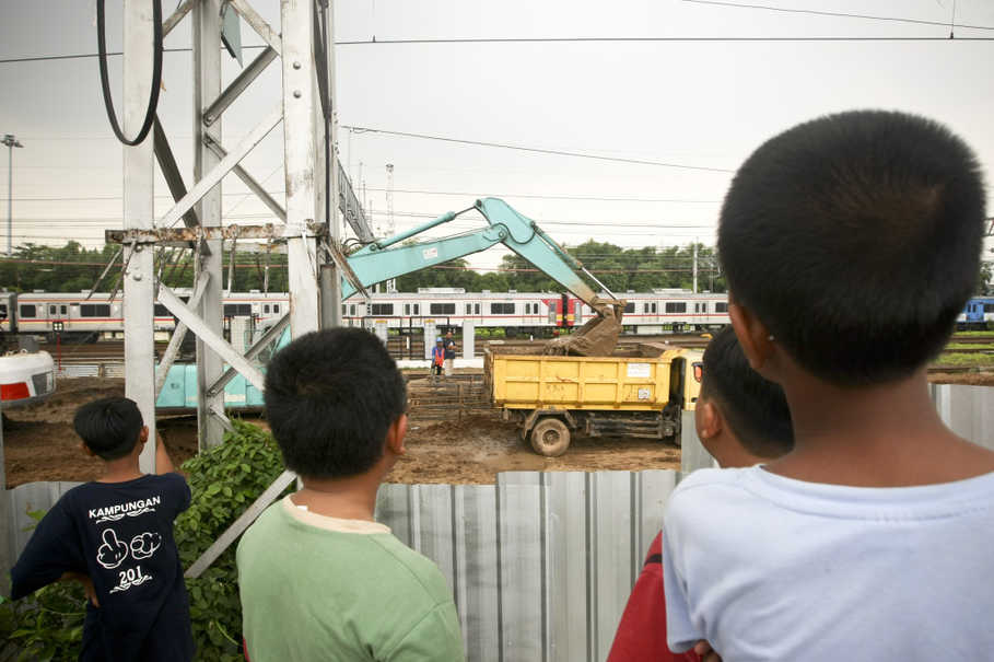 Children watch construction work on the Soekarno-Hatta airport train project at Manggarai railway station in South Jakarta on Thursday (27/04). (JG Photo/Yudha Baskoro)