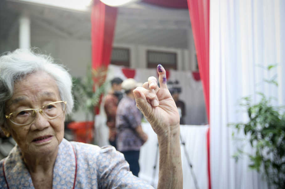An elderly voter shows that she cast a ballot in the second round of the gubernatorial election in Jakarta on Wednesday (19/04). (JG Photo/Yudha Baskoro)
