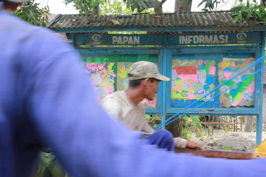 Notice boards are used in Menoro to educate residents about the problems of child marriage and teen pregnancy. (JG Photo/Yudhi Sukma Wijaya)
