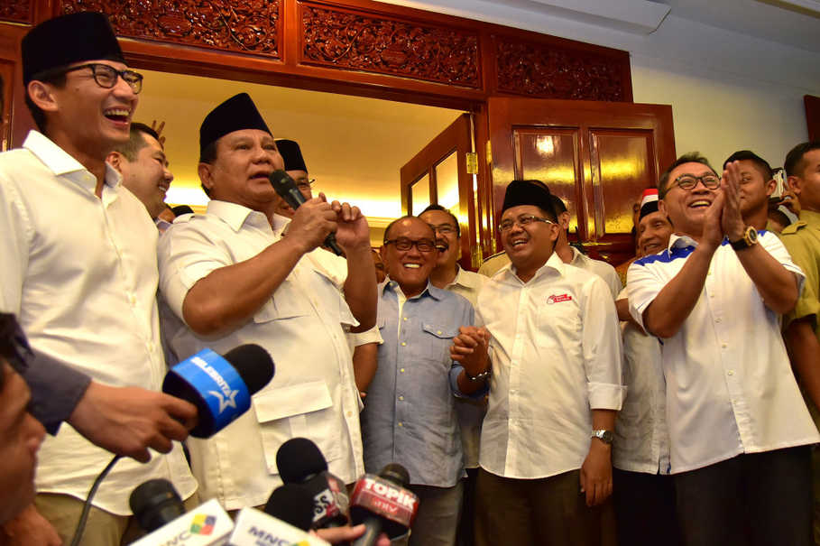 The founder of Great Indonesia Movement Party (Gerindra) Prabowo Subianto, second from left, announced the victory of Anies Baswedan-Sandiaga uno pair in Jakarta's gubernatorial race on Wednesday (19/04), based on quick counts from pollsters. Also celebrating the victory, the President of the Prosperous Justice Party (PKS), second from right, the chairman of the National Mandate Party (PAN) Zulkifli Hasan, right, businessman Aburizal Bakrie, third from right, who is also the chairman of the advisory board of Golkar party. Media mogul Hary Tanoesoedibjo also appears during the declaration. (Antara Photo/Dedi Wijaya)