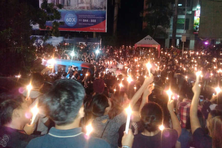 "Manado residents gathered to light candles for imprisoned Jakarta Governor Basuki ""Ahok"" Tjahaja Purnama in Manado City, on Wednesday evening (10/05). (BeritaSatu Photo)"