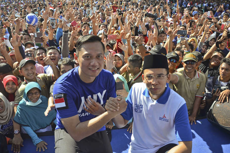 West Nusa Tenggara Governor M. Zainul Majdi, right, poses with Agus Harimurti Yudhoyono after signing the anti-hoax petition. (Antara Photo/Ahmad Subaidi)
