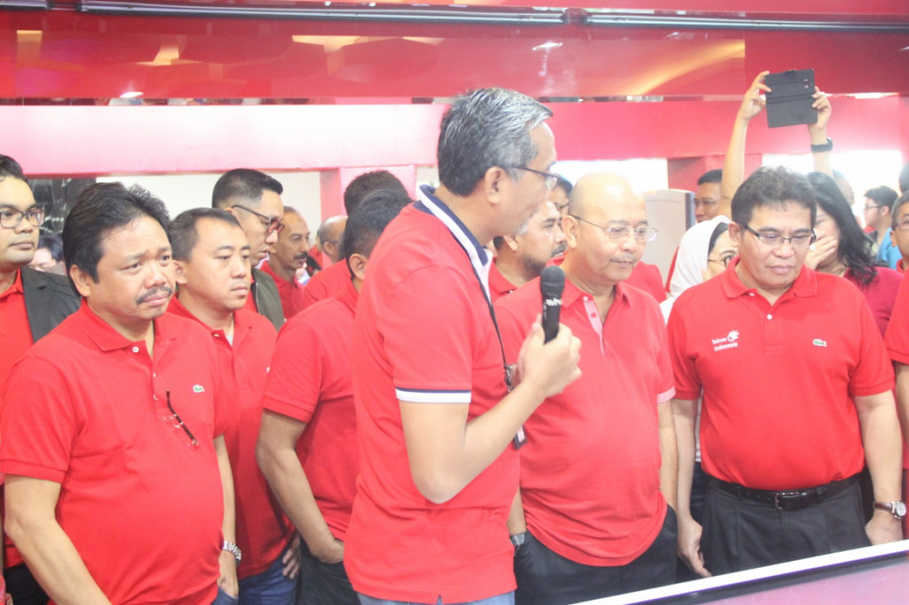 GTG2: Medan Mayor H.T Dzulmi Eldin (second from right) with TelkomGroup Management when reviewing seamless experience facilities in GraPARI TelkomGroup Digital in Medan on Friday (26/5)