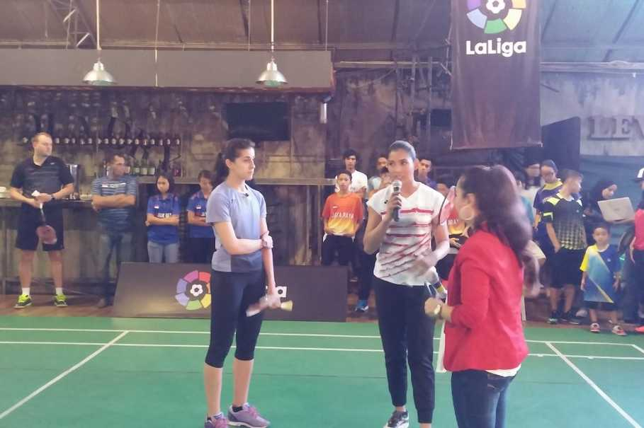 Carolina Marin, left, with Anindya Putri on the center, before both play a short session of badminton game at a hall in Sudirman Central Business District in Jakarta on Sunday (11/06). (JG Photo/Amal Ganesha)