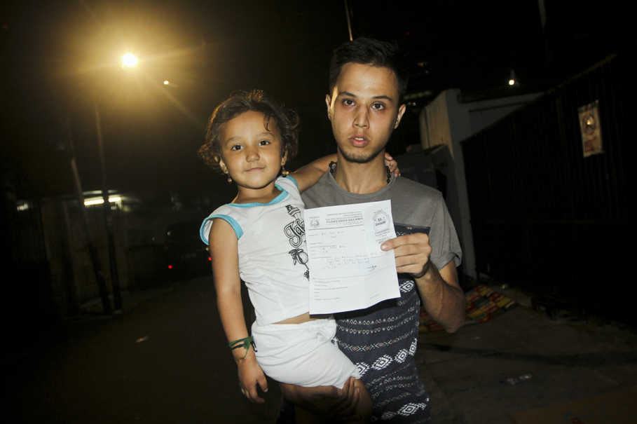 Zahra, left, and his uncle Reza Bahadoiri, show a letter from the Puskesmas, or community health center, that says she needs Rp 1.5 million to treat her frequent nosebleeds. (JG Photo/Yudha Baskoro)