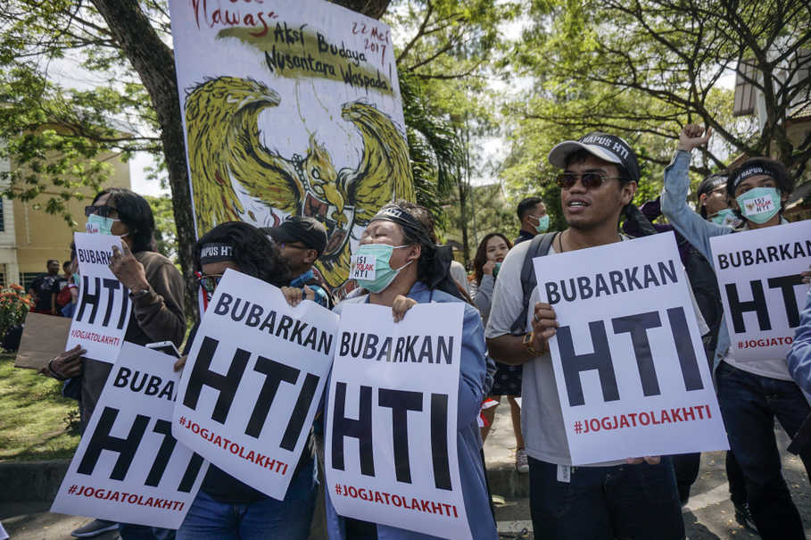 The majority of Indonesians oppose the Islamic State movement and Hizbut Tahrir Indonesia, or HTI — the local chapter of an international Muslim organization seeking to establish a theocratic state comprising all Muslim countries — a national survey conducted by the Saiful Mujani Research and Consulting, or SMRC, revealed. (Antara Foto/Hendra Nurdiyansyah)