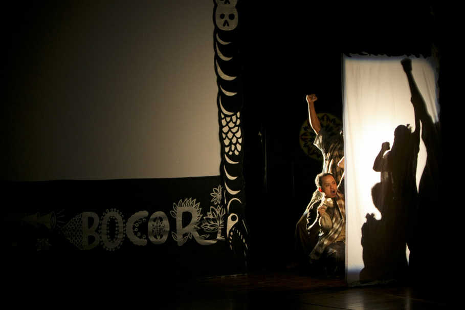 Wayang bocor is more dynamic than a traditional puppet show, featuring more white screens, with actors sometimes performing behind them. (JG Photo/Yudha Baskoro)