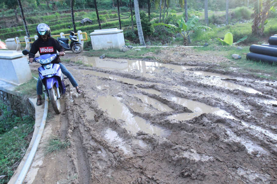 Dirt roads that turn to mud tracks during rainy seasons in Lombok often make it hard for girls living in villages to go to school often far away from their homes and stop them from receiving basic education on reproductive health. (JG Photo/Yudhi Sukma Wijaya)