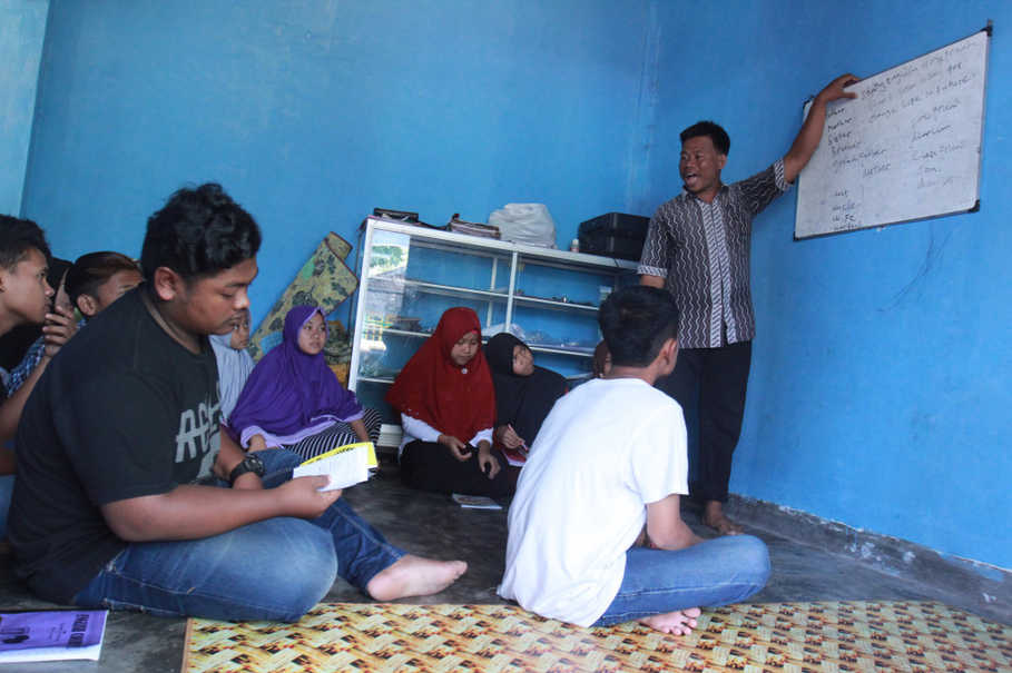 An English class for teens in Jagaraga Indah. The class is held to help young people to educate themselves about the dangers of child marriage and teen pregnancies. (JG Photo/Yudhi Sukma Wijaya)