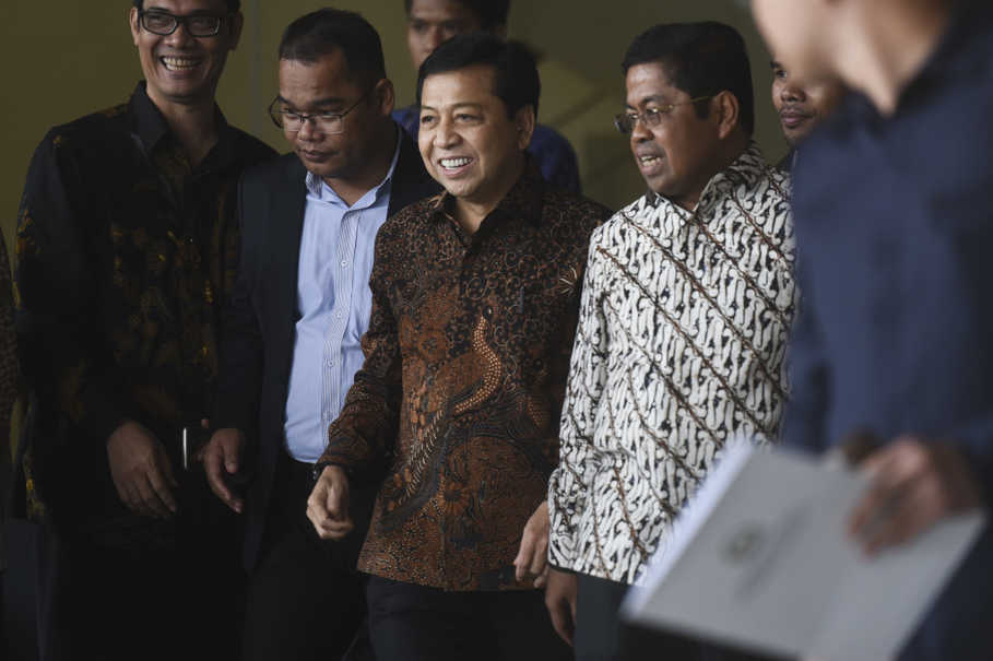 House of Representative Speaker Setya Novanto, accompanied by senior Golkar party politicians, answers a KPK summons as a witness over the e-KTP graft case. (Antara Photo/Hafidz Mubarak A)