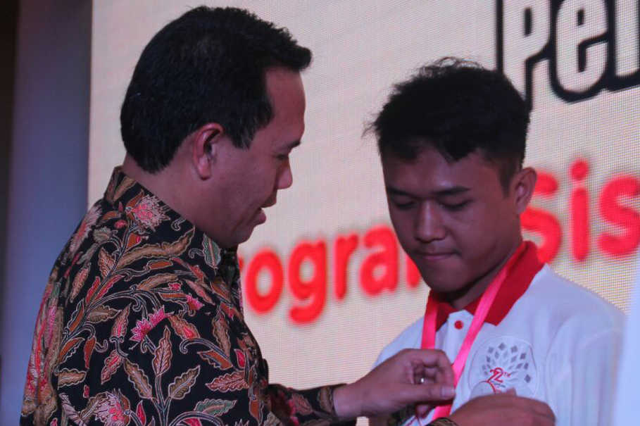 Human Capital Management Director of Telkom Herdy Harman when pinning to representatives of SMN 2017 Program participants at Pendopo Gubernuran Banten, Wednesday (19/7). Through this program, Herdy hopes that SMN participants can be more motivated to explore information, gain knowledge, and share with other students as well as the wider community.