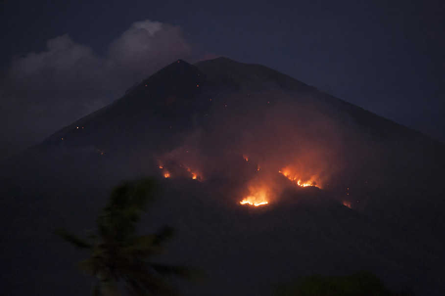 Bali Airport Remains Open Despite Monday Night's Mount ...