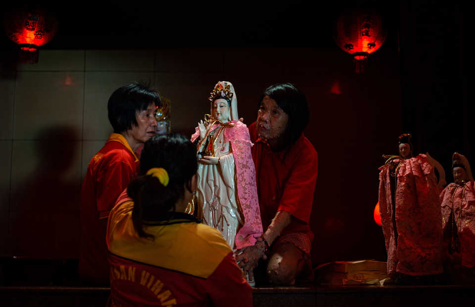 Woman worshipers are taking care of Queen Kwam Im statue in Toasebio temple, Glodok, West Jakarta on Tuesday (29/01) In Chinese, Dewi Kwan Im is a symbol of goodness, beauty and generosity for women (JG Photo/Yudha Baskoro)