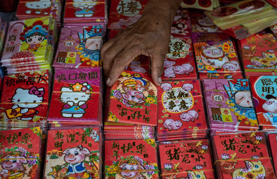 A trader starts to sell red pig printed angpau envelope in Glodok, West Java on Tuesday (29/01) This year Chinese people will celebrate the year of Pig which will be started on February 5th, 2019 (JG Photo/Yudha Baskoro)