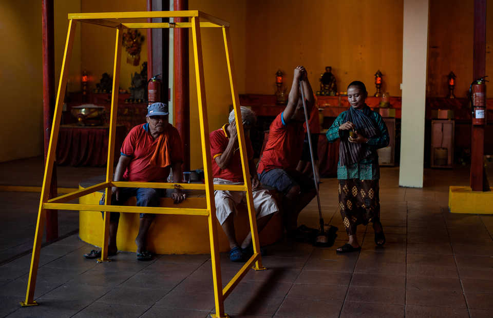 Workers take a rest after cleaning up the entire Jin De Yuan temple in Glodok, West Jakarta on Tuesday (29/01) They drink traditonal jamu as energy bosster (JG Photo/Yudha Baskoro)