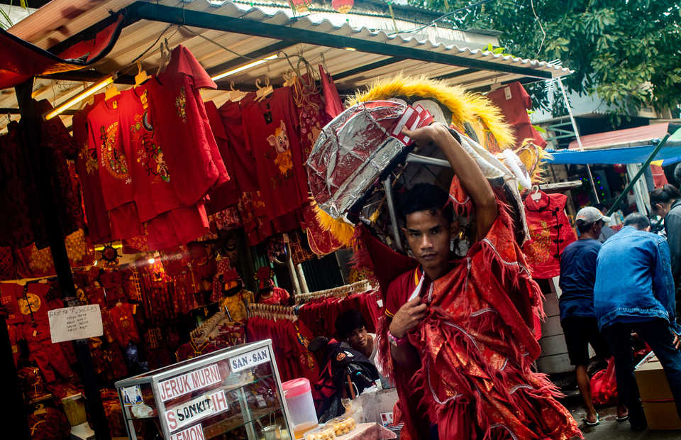A young man wearing a lion dance costume in Glodok, West Jakarta on Tuesday (29/01) The Lion dance is called Barongsai in Indonesia. It is a symbol of power, wisdom, and good fortune, chases away evil spirits and brings hapiness, longevity, and good luck. (JG Photo/Yudha Baskoro)
