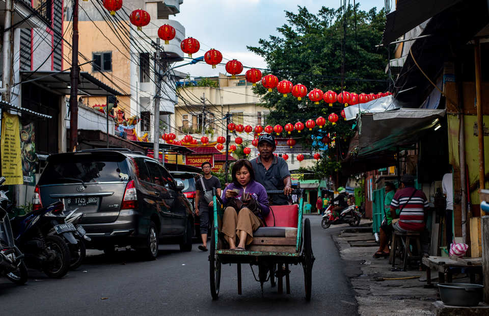 Residents who live in Jalan Kemenangan III decorate their neighborhood with red lanterns on Tuesday (29/01) The lantern, called lampion in Indonesia, is the main focus of attention of the celebration as it symbolizes the wish for a bright future. (JG Photo/Yudha Baskoro)