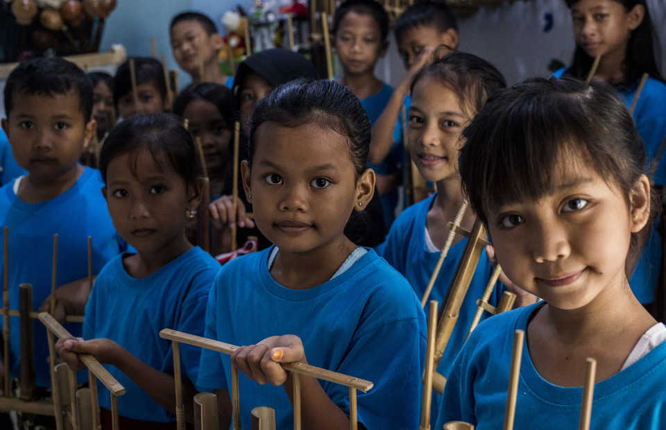 Saab Shares student learning to play angklung in Cengkareng, West Jakarta on Friday (01/02) Angklung is a traditional musical instrument made of bamboo tubes attached to a bamboo frame. Learning to play music is important to build a personality and improve language competence for children (JG Photo/Yudha Baskoro)