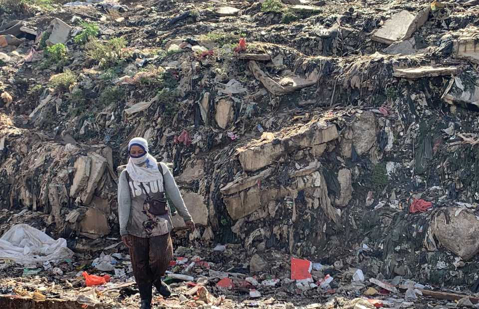 Trash-picker makes her way down the 80m mountain of Jakarta