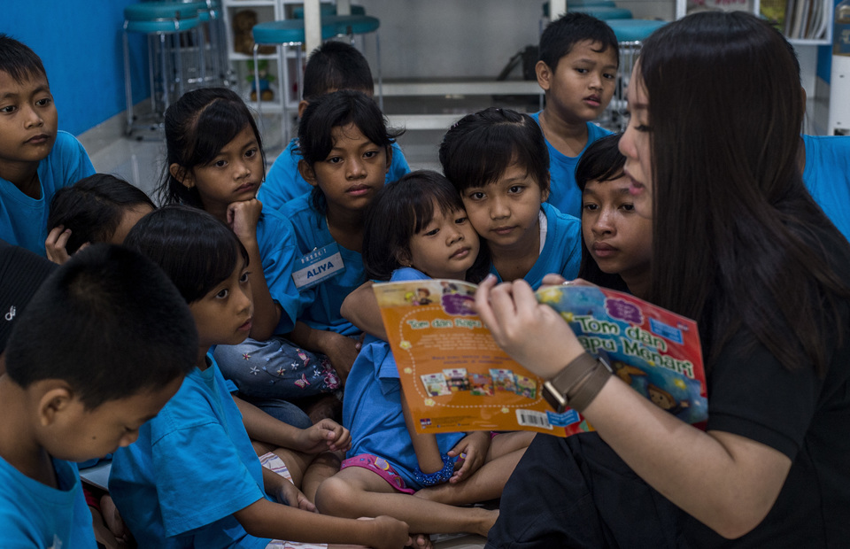 Sabrina Bensawan is seen reading a story book for her students in Saab Shares at Cengkareng, West Jakarta on Friday (01/02) She is the youngest receiver of one of worlds most prestigious award Ernst & Young Social Entrepreneur of The Year 2018, Forbes 30 under 30 2019, chosen as National Role Model by President Joko Widodo. (JG Photo/Yudha Baskoro)