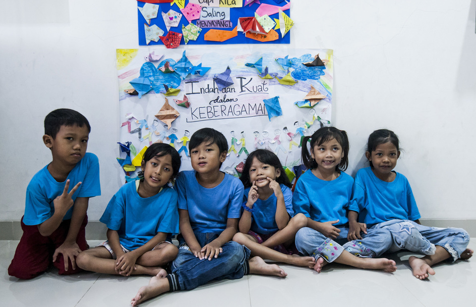 Saab Shares students sitting in front of their art work on Friday (01/02) Students learn about the importance of respecting diversity. (JG Photo/Yudha Baskoro)