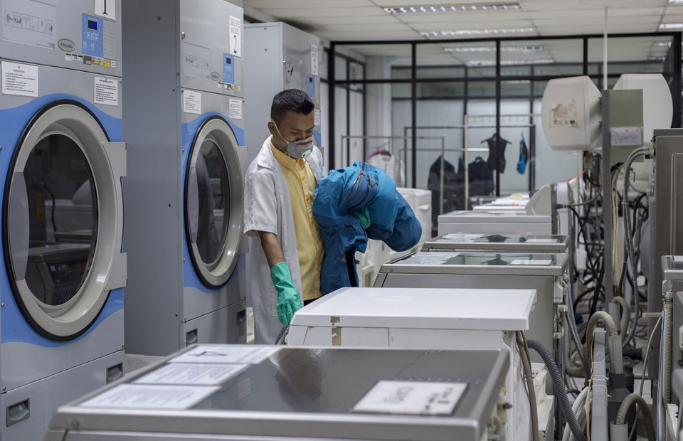 An employee inspects an active wear jackets in Pan Brothers laundry facility at Tangerang, Banten on Thursday (14/02) An active wear jackets must be ensured to be really strong and not shrink after being tested in various conditions. (JG Photo/Yudha Baskoro)
