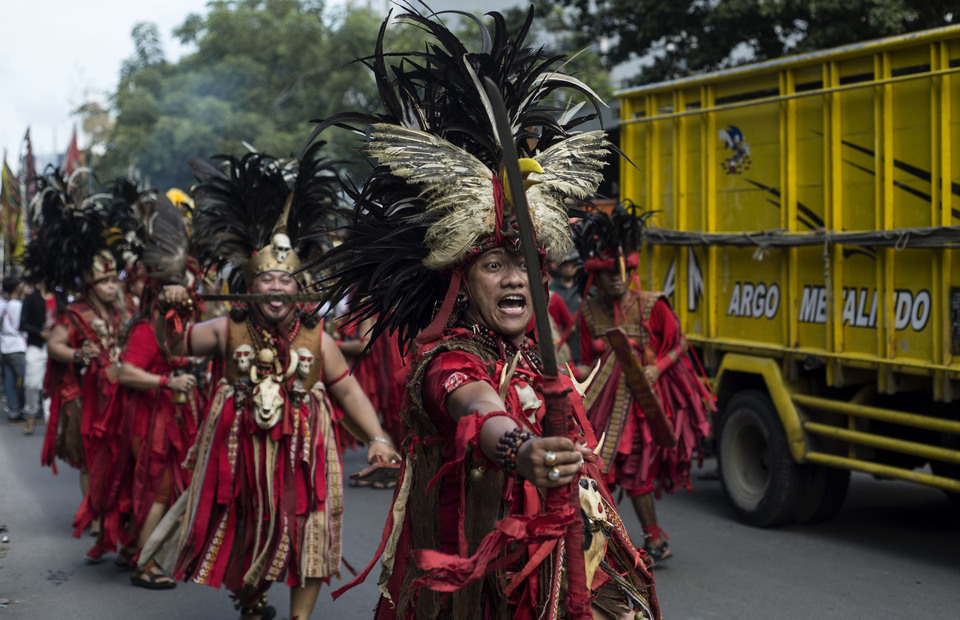 Karel Ferdinand (30) performs as a waraney (warrior) during Cap Go Meh celebrations on February 19, 2019 in Petojo, Central Jakarta. As a Minahasan, he felt obliged to guard tatung as part of As a Minahasa person, he felt obliged to guard tatung as part of living peacefully side by side with his chinese neighborhood this year. (JG Photo/Yudha Baskoro)