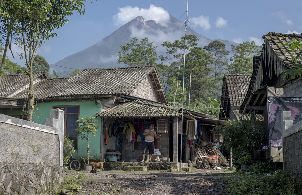 Resident living on Mt. Merapi hillside in Kalitengah Lor, Sleman regency, Yogyakarta on Sunday (24/02)  The active stratovolcano located on the border between Central Java and Yogyakarta provinces. (JG Photo/Yudha Baskoro)