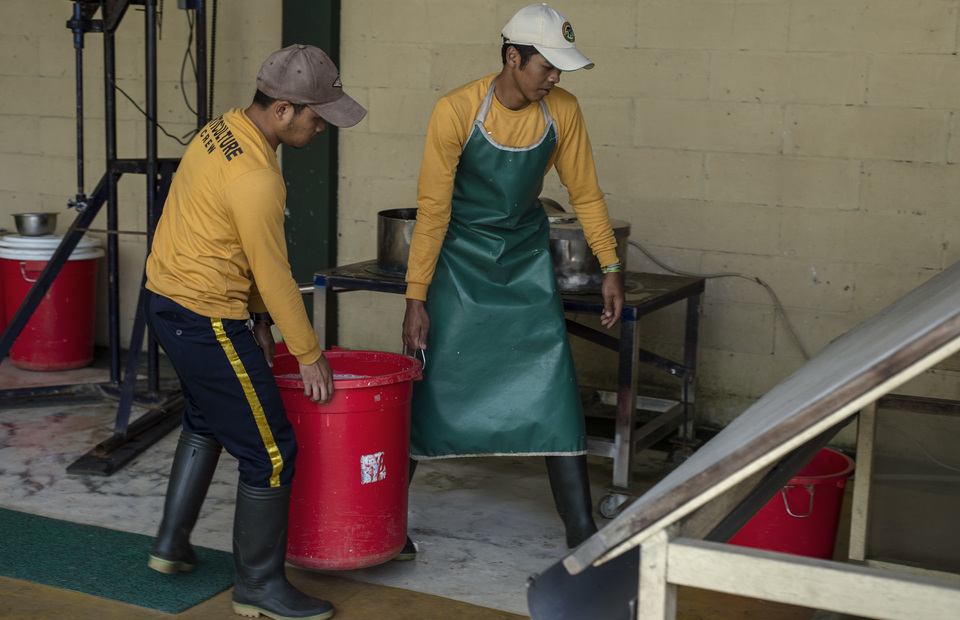 Safari park workers bring bucket full of pulp to a paper molding tools in Safari Poo Paper, at Bogor, West Java on Wednesday (27/02) (JG Photo/Yudha Baskoro)