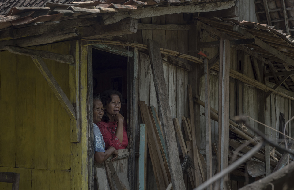 Two villagers seen take a shelter in their home during a sunny day in Juwangi, Boyolali, Central Java on Tuesday (05/03) Residents homes are still not equipped with toilets and good sanitation until early 2011. (JG Photo/Yudha Baskoro)