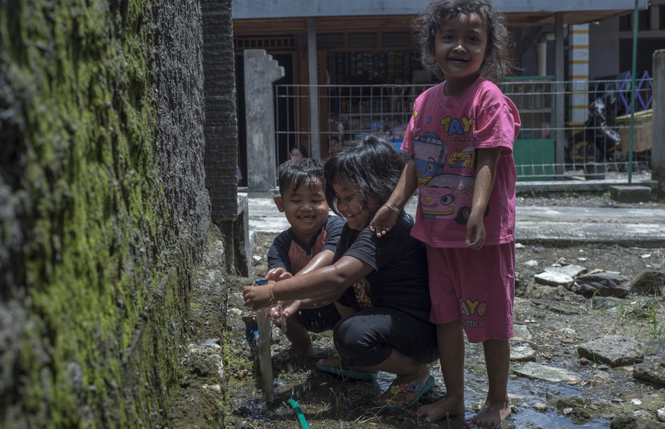 Children in Juwangi wash their hand after playing outside in Boyolali, Central Java on Tuesday (05/03) Billions of people are still living without safe water. Water is our human rights. (JG Photo/Yudha Baskoro)
