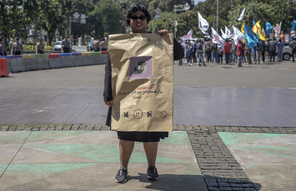 A marcher referencing the lyrics of Ariana Grande's song, 'Thank U, Next,' to call for harsher penalties on perpetrators of sexual violence. (JG Photo/Yudha Baskoro)