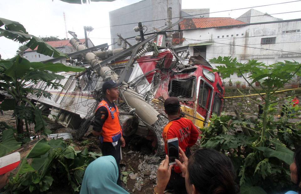The train collapsed after a LAA (Listrik Aliran Atas) power pole reportedly fell on it  in Kebon Pedes, Tanah Sareal in Bogor regency on Sunday (10/03)